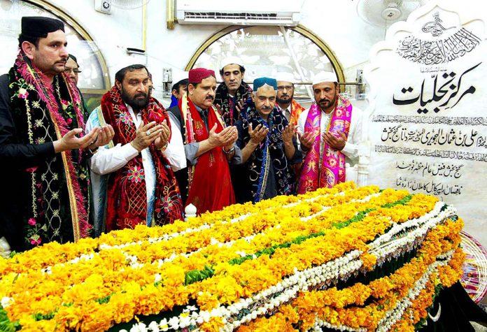 لاہور: وزیراعلیٰ پنجاب سردار عثمان بزدار علی بن عثمان الہجویری کے مزارپر فاتحہ خوانی کررہے ہیں