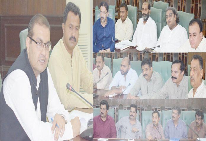 نوابشاہ ،ایڈیشنل ڈپٹی کمشنر iجنید حمید سموں ڈینگی کے متعلق اجلاس کی صدارت کررہے ہیں