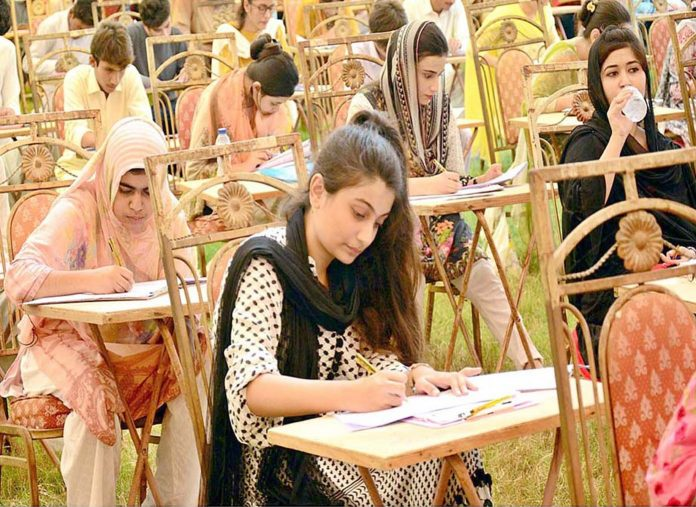 حیدر آباد : لیاقت میڈیکل یونیورسٹی میں داخلہ برائے سال 2019ء اور 2020ء کے لیے انٹری ٹیسٹ میں امیدوار پرچہ حل کررہے ہیں