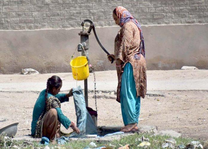 لاڑکانہ : ریلوے اسٹیشن کے نزدیک خواتین ہینڈ پمپ سے پانی بھر رہی ہیں