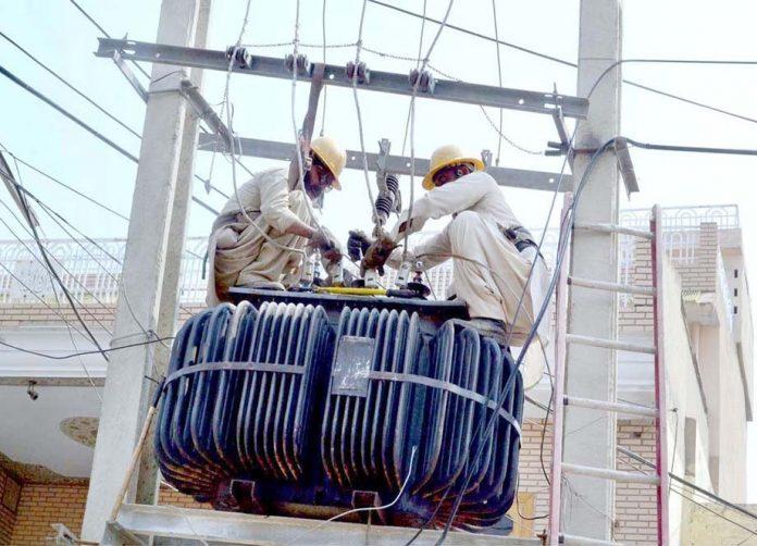 سرگودھا : واپڈا اہلکار بغیر حفاظتی انتظامات کے پی ایم ٹی پر کام کررہے ہیں