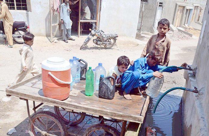 حیدر آباد : لطیف آباد کے علاقے میں پانی کی قلت کے باعث بچے دور دراز سے پانی بھرنے پر مجبور ہیں