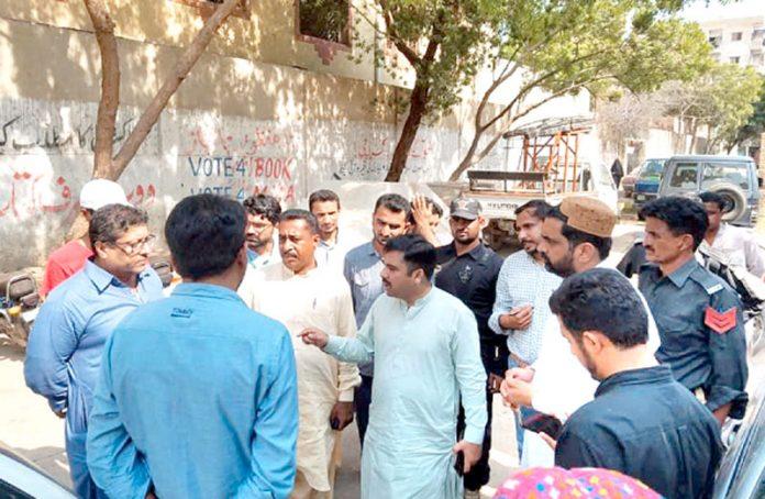 کراچی: لیاری سے جماعت اسلامی کے رکن سندھ اسمبلی سید عبدالرشید صفائی مہم کے سلسلے میں علاقے کا دورہ کررہے ہیں