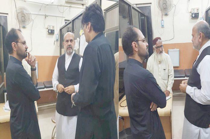 وابشاہ : کمشنر بے نظیر آباد سید محسن علی شاہ پی ایم سی اسپتال کے دورے کے موقع پر اسپتال انتظامیہ سے معلومات لے رہے ہیں، ڈپٹی کمشنر ابرار احمد جعفر بھی موجود ہیں