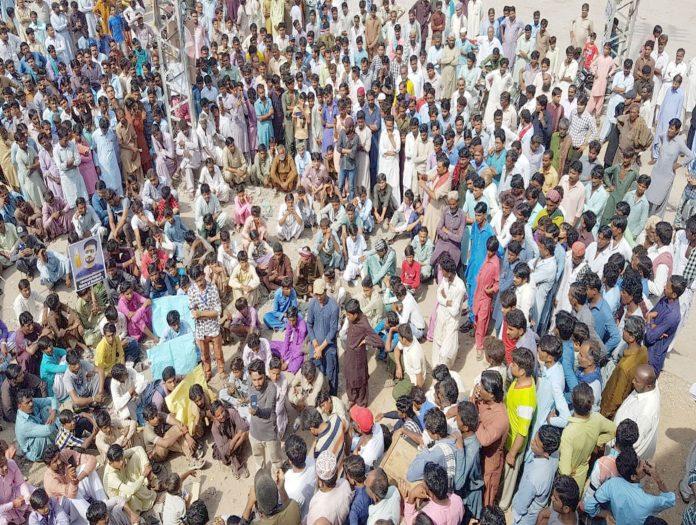 عمرکوٹ : پی پی رہنما کی گاڑی کی ٹکر سے جاں بحق نوجوان کے قاتلوں کی عدم گرفتاری پر احتجاج کیا جارہا ہے