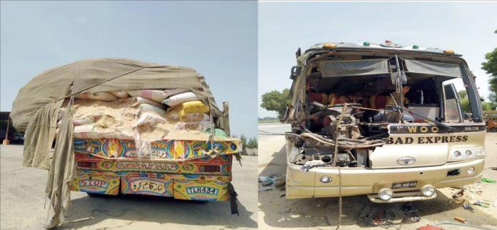 نوشہرو فیروز : قومی شاہراہ پر حادثے کا شکار کوچ اور ٹرالر