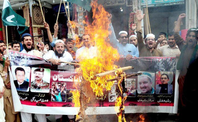 پشاور : تحریک جوانان پاکستان کے تحت احتجاج کے دوران بھارتی وزیر اعظم مودی کا پتلا نذر آتش کیا جارہا ہے