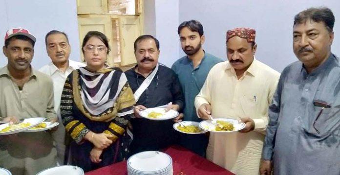 لاڑکانہ : ہندو برادری کی جانب سے محرم الحرام کے حوالے سے نیاز کے موقع پر صحافی برادری شریک ہے