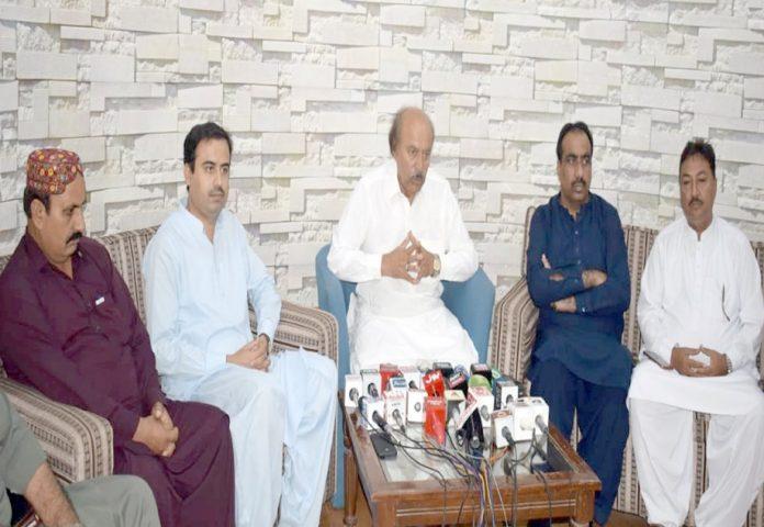 لاڑکانہ ،پیپلزپارٹی سندھ کے صدر نثاراحمد کھوڑو پریس کانفرنس کررہے ہیں