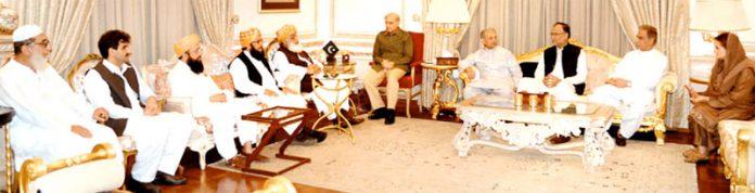 لاہور: مسلم لیگ ن کے صدر شہباز شریف سے جمعیت علماء اسلام (ف) کے سربراہ فضل الرحمن وفد کے ہمراہ ملاقات کر رہے ہیں