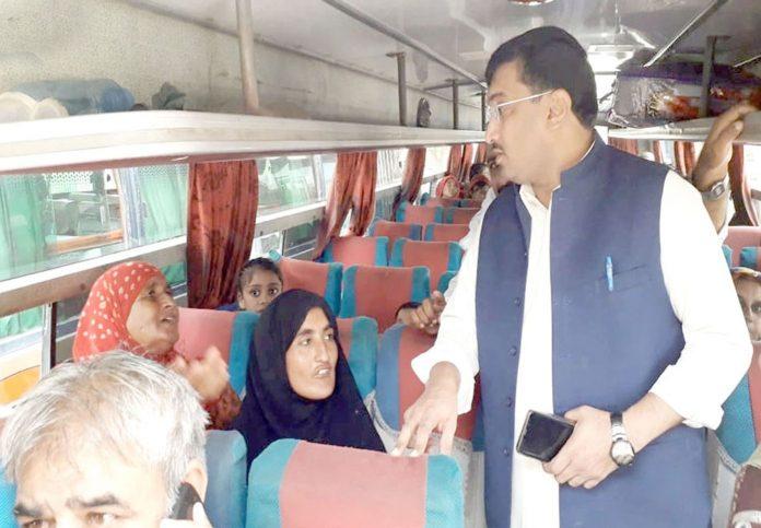 حیدر آباد : مختار کار سٹی ابو بکر سدھایو ٹرانسپورٹرز کی طرف سے زائد کرایہ وصول کرنے پر مسافروں سے معلومات حاصل کررہے ہیں