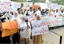 لاہور : جڑانوالہ کے رہائشی مرد و خواتین پولیس کیخلاف پریس کلب کے باہر سراپا احتجاج ہیں