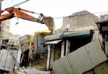 حیدر آباد : درگاہ محبت شاہ بخاری کے قریب کارروائی کے دوران تجاوزات مسمار کی جارہی ہیں