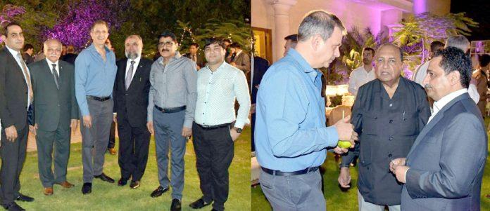 امریکا کے نئے قونصل جنرل کے اعزاز میں دیئے گئے عشائیہ میں ایس ایم منیر،میزبان اور مہمان گفتگو کررہے ہیں