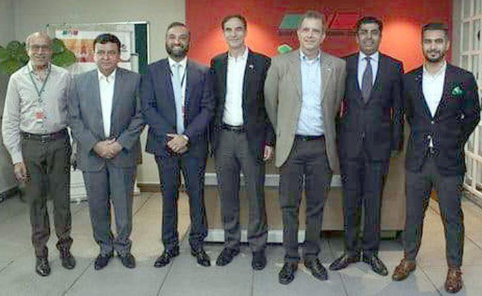 امریکا کے سفیر پائول ڈبلیو جونزکا ایل این جی ٹرمینل کے دورے کے موقع پر عہدیداران کے ساتھ گروپ فوٹو