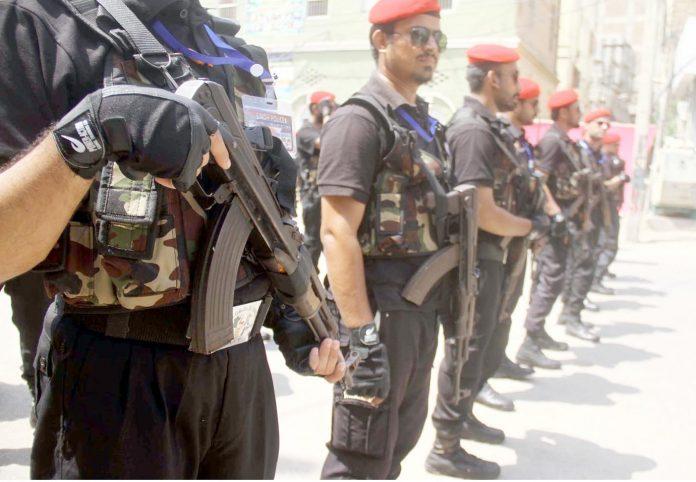 حیدر آباد : یوم عاشور کے موقع پر سیکورٹی اہلکار امن و امان کے حوالے سے مستعد کھڑے ہیںحیدر آباد : یوم عاشور کے موقع پر سیکورٹی اہلکار امن و امان کے حوالے سے مستعد کھڑے ہیں