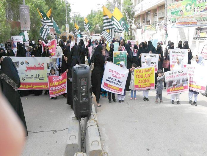 حیدرآباد پریس کلب کے سامنے مختلف تنظیموں کی جانب سے کشمیری عوام سے اظہار یکجہتی کیلیے ریلیاں نکالی جارہی ہیں