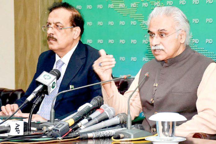 اسلام آباد: وزیراعظم کے مشیر صحت ڈاکٹر ظفر مرزا میڈیا سے گفتگو کر رہے ہیں