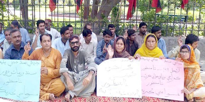 لاڑکانہ : عوامی تحریک کے تحت مطالبات کے حق میں جناح باغ پر کارکنان نے دھرنا دیا ہوا ہے