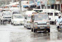 فیڈرل بی ایریا میں سڑک پر موجود سیوریج کے پانی کے باعث موٹرسائیکل سوار کو پریشانی کا سامنا ہے جبکہ ٹریفک کی روانی بھی متاثر ہورہی ہے