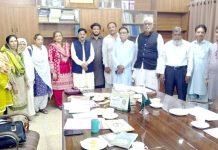 ثانوی تعلیمی بورڈ کراچی کے چیئرمین کی سربراہی میں نویں اور دسویں جماعت کے نصاب میں جدت لانے سے متعلق منعقدہ اجلاس کے بعد اساتذہ کے ساتھ گروپ فوٹو