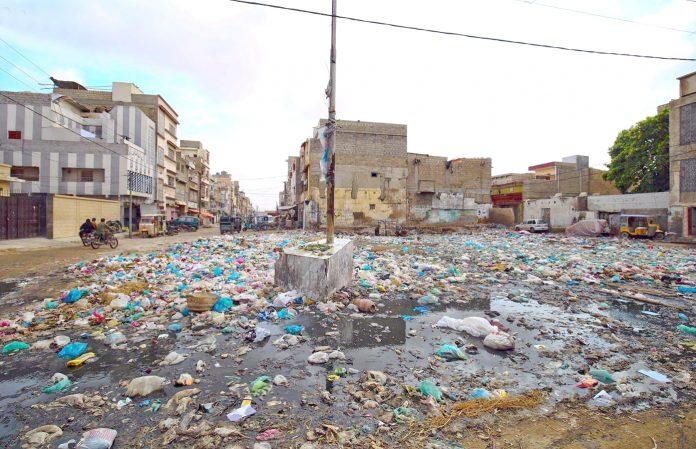 نارتھ کراچی میں گندا پانی وسیع علاقے میںپھیلا ہوا کچرا متعلقہ اداروں کی توجہ کا منتظر ہے
