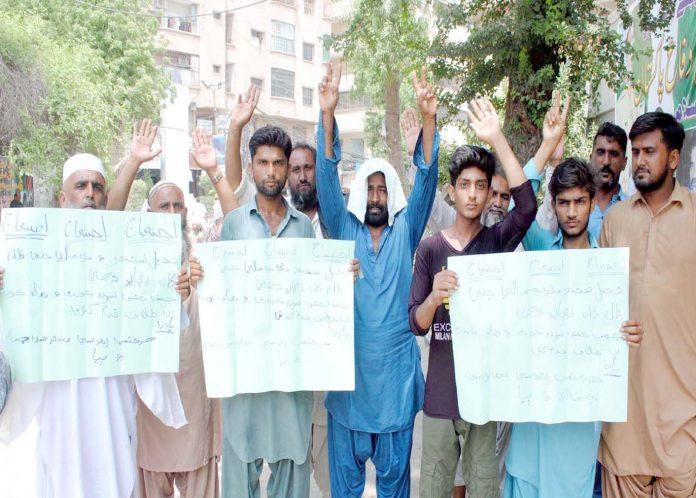 حیدر آباد : حر کیمپ کے رہائشی افراد مطالبات کی عدم منظوری کیخلاف سراپا احتجاج ہیں