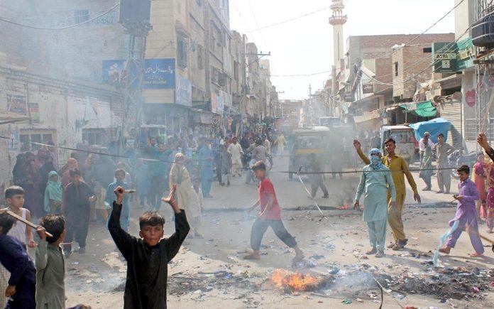 حیدر آباد : بجلی کی طویل بندش کیخلاف پریٹ آباد کے مکینوں نے احتجاج شاہراہ بند کر رکھی ہے