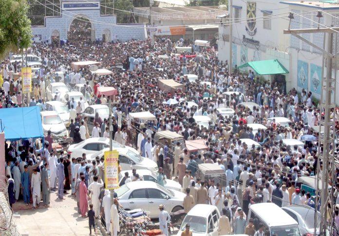 حیدرآباد ،انٹری ٹیسٹ دینے والے طلبہ وطالبات کا جم غفیر اندر جانے کے لیے قطار میں لگے اپنی باری کا انتظار کررہے ہیں