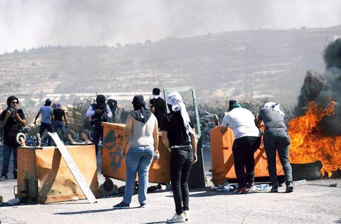 رام اللہ: اسرائیلی جیلوں میں بھوک ہڑتال کرنے والے قیدیوں سے اظہارِ یکجہتی کرنے والے جامعہ بیرزیت کے طلبہ اور صہیونی فوج میں جھڑپ ہورہی ہے