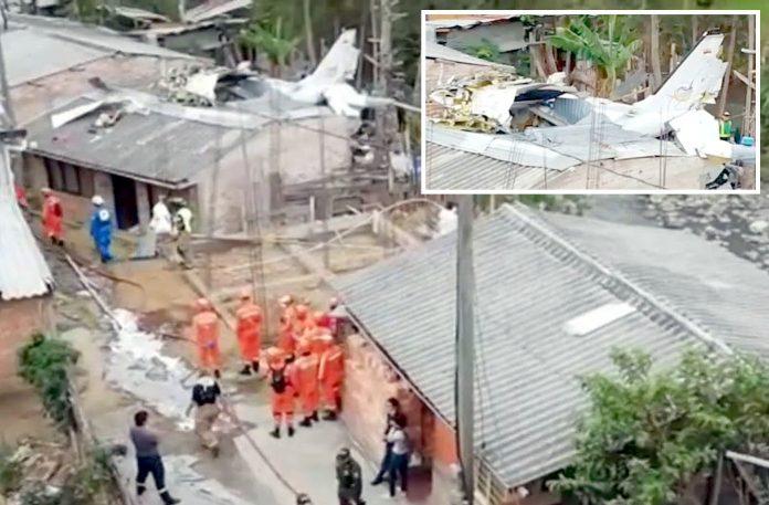 کولمبیا: فائر بریگیڈ اور دیگر ادارے مکان پر گرنے والے طیارے کا ملبہ ہٹا رہے ہیں