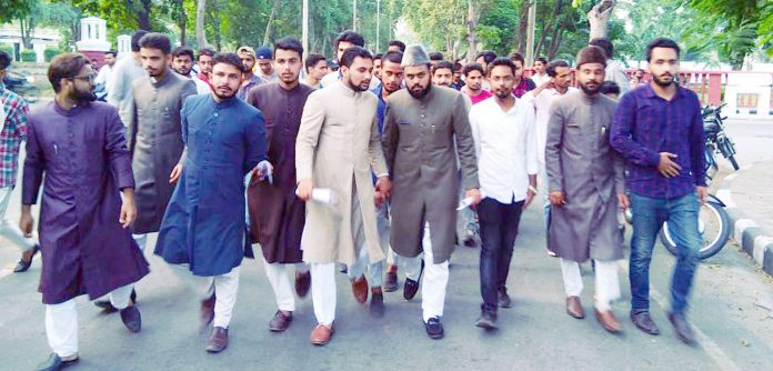علی گڑھ: مسلمان خاندان پر حملے کے خلاف معروف درس گاہ کے طلبہ احتجاجی مارچ کررہے ہیں