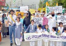 راولپنڈی : لائیسم گروو ہائی اسکول کے زیر اہتمام کشمیری عوام سے اظہار یکجہتی کیلئے مین شالے ویلی سے رینج روڈ تک ریلی نکالی جارہی ہے