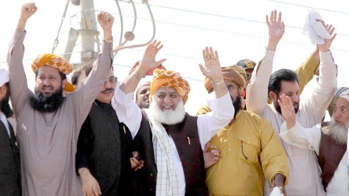کراچی: جے یو آئی کے سربراہ آزادی مارچ کے آغاز پر شرکا سے اظہار یکجہتی کررہے ہیں