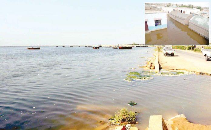 کراچی، سمندری طوفان کیار کے باعث ابراہیم حیدری کی سڑک تک پانی آگیا جبکہ کچی بستی پانی میں ڈوبی ہوئی ہے