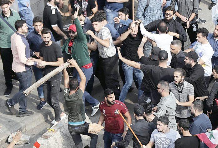بیروت: مظاہرین اور حزب اللہ کے حامیوں میں تصادم ہورہا ہے