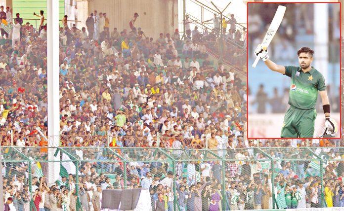 کراچی: پاکستان اور سری لنکا کے درمیان دوسرے ون ڈے میچ میں بابر اعظم سنچری مکمل کرنے کے بعد بلاہوا میں لہرارہے ہیں