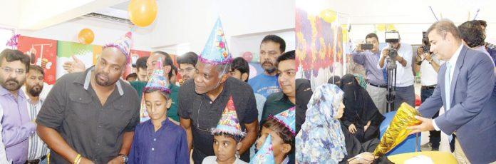 کراچی: ویسٹ انڈیز کے سابق کھلاڑی مائیکل ہولڈنگ ' بیری ولکنسن اور میٹروپولیٹن کمشنر سیف الرحمن عمیر ثنا فاؤنڈیشن دورے پر تھیلے سیمیا سے متاثرہ بچوں سے ملاقات کررہے ہیں