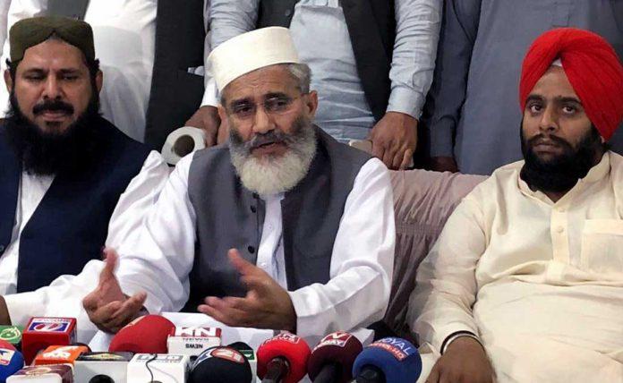 لاہور: امیر جماعت اسلامی پاکستان سینیٹر سراج الحق ننکانہ صاحب میں پریس کانفرنس کررہے ہیں، جاوید قصوری اور سکھ رہنما سروپ سنگھ بھی موجود ہیں