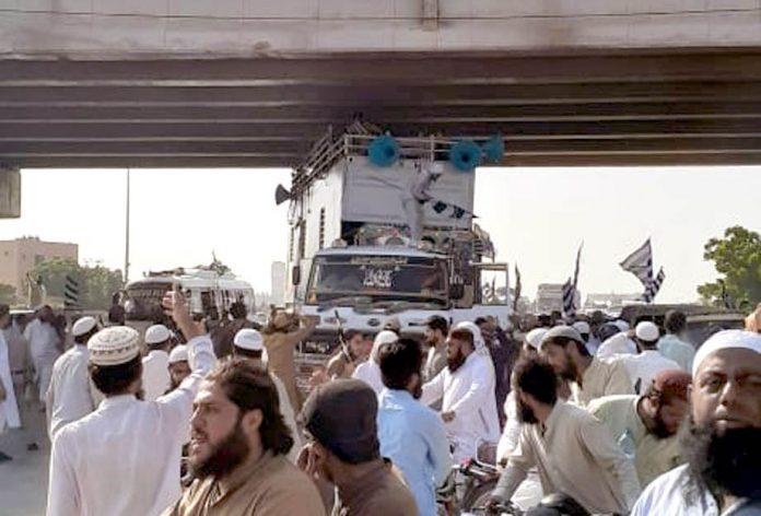 مولانا فضل الرحمن کا کنٹینر زیادہ بلند ہونے کے باعث موٹر وے پر بنے پل میں پھنسا ہوا ہے