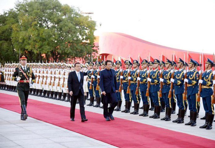 بیجنگ: وزیراعظم عمران خان کی چین آمد پر گارڈ آف آنر پیش کیا جارہاہے