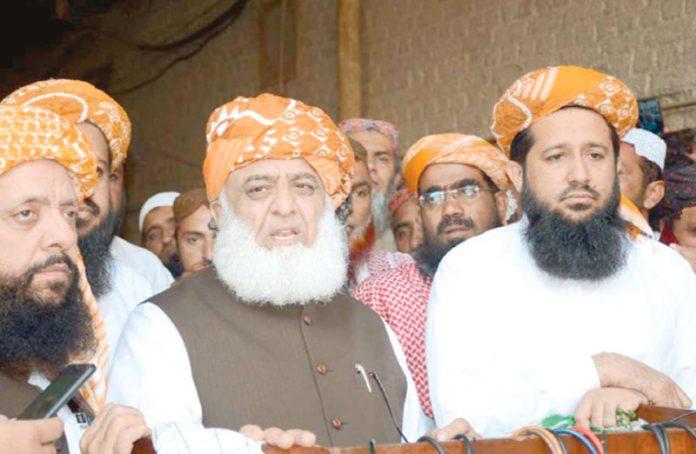 لاڑکانہ: جے یو آئی (ف) کے سربراہ مولانا فضل الرحمن میڈیا سے گفتگو کررہے ہیں