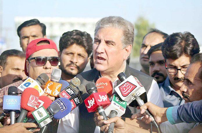 ملتان: وفاقی وزیر خارجہ شاہ محمود قریشی میڈیا نمائندوں سے گفتگو کررہے ہیں