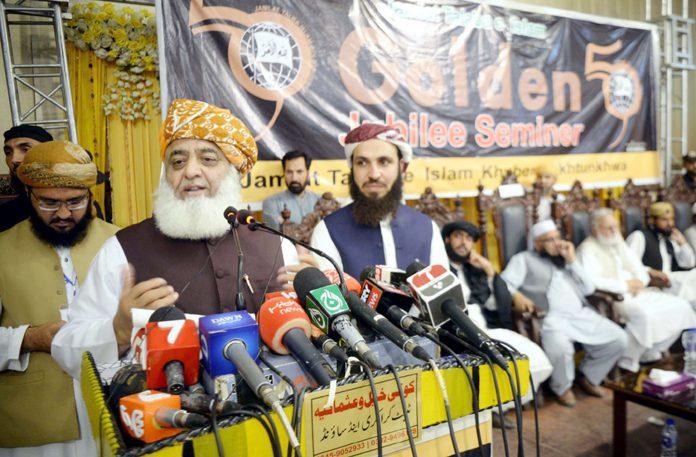 پشاور: جے یو آئی (ف) کے سربراہ مولانا فضل الرحمن جمعیت طلبا ئے اسلام کے گولڈن جوبلی سیمینارسے خطاب کررہے ہیں