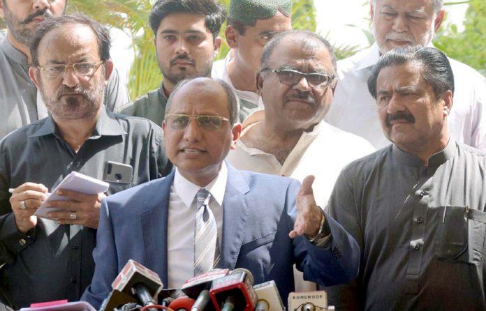 کراچی: وزیراطلاعات سندھ سعید غنی سندھ اسمبلی کے باہر میڈیا سے گفتگو کررہے ہیں