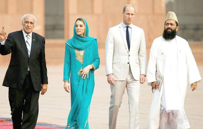 لاہور: برطانوی شاہی جوڑابادشاہی مسجد کا دورہ کررہاہے