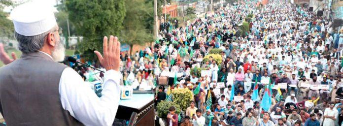 گجرات: امیر جماعت اسلامی پاکستان سینیٹر سراج الحق آزادی کشمیر مارچ سے خطاب کررہے ہیں