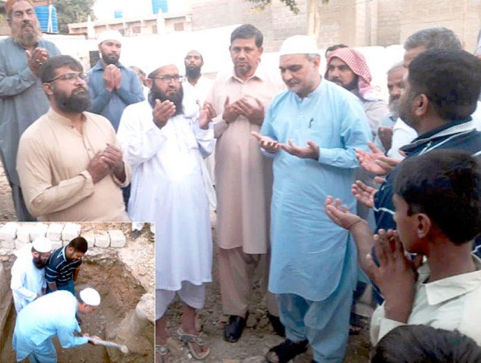 امیر جماعت اسلامی کراچی حافظ نعیم الرحمن گلشن معمار میں جامع مسجد خاتم النبین کا سنگ بنیاد رکھنے کے بعد دعا مانگ رہے ہیں