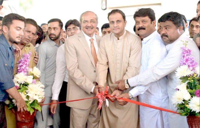 کراچی: ترجمان سندھ حکومت ومشیر قانون مرتضیٰ وہاب (این آئی سی وی ڈی) کے تحت چیسٹ پین یونٹ کا افتتاح کررہے ہیں
