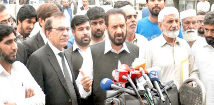 نائب امیر جماعت اسلامی پاکستان میاں محمد اسلم اسلام آباد ہائیکورٹ کے باہر پریس کانفرنس کررہے ہیں